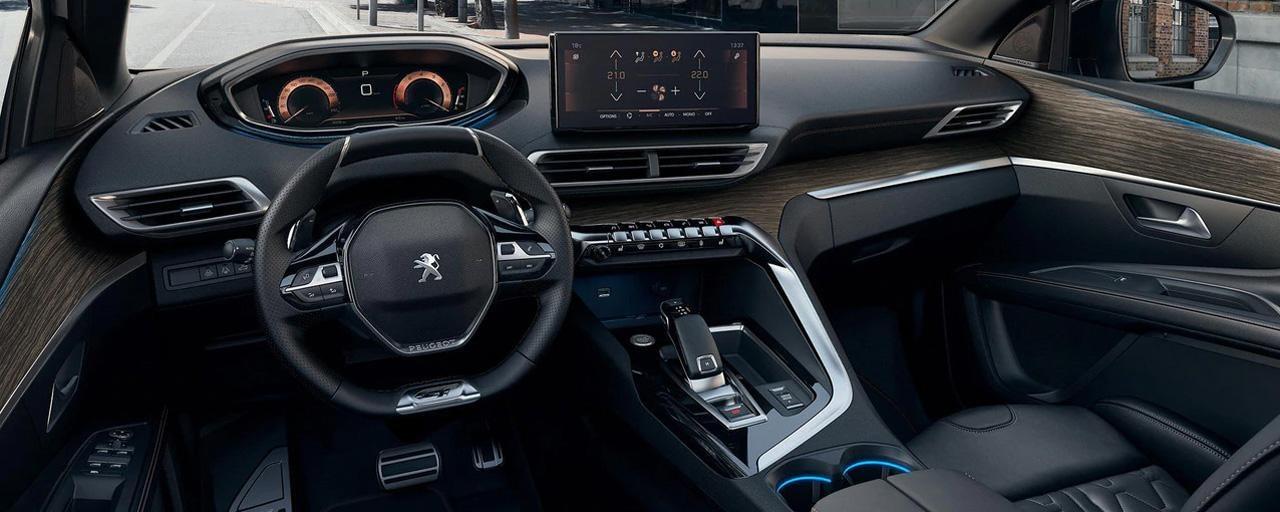 Peugeot 5008 SUV: Optimeret Peugeot i-Cockpit® med kompakt rat, ny head up-instrumentgruppe og ny touch-skærm.